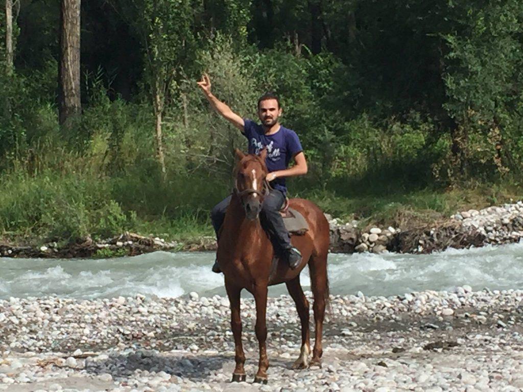 Tanrı Dağları, akarsudan Kırgız atı ile geçtim. Resim uzaktan zoomla çekildi.
