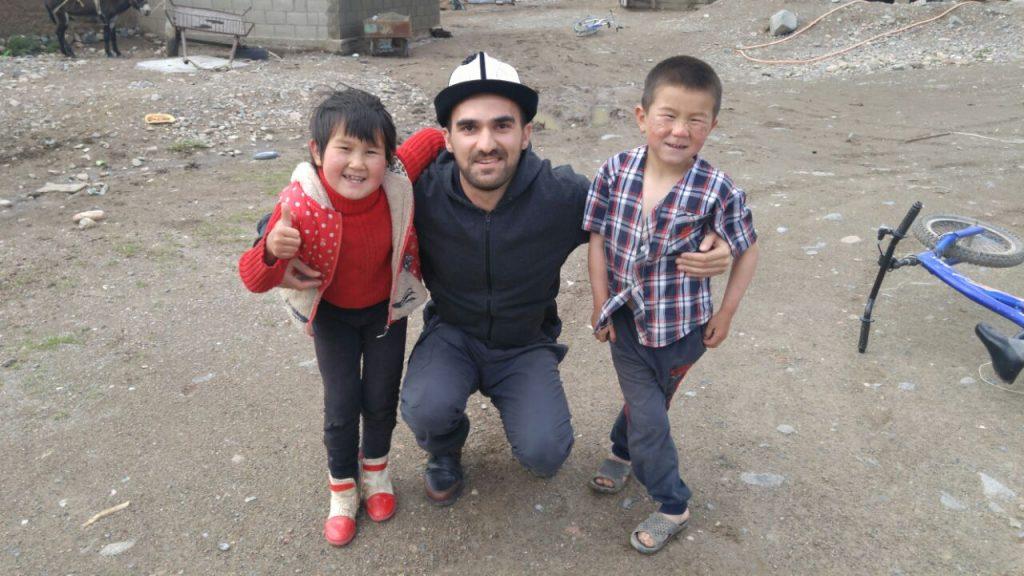 Tanrı Dağlarında, Kırgız balaları Mirzaim ve Berdibek