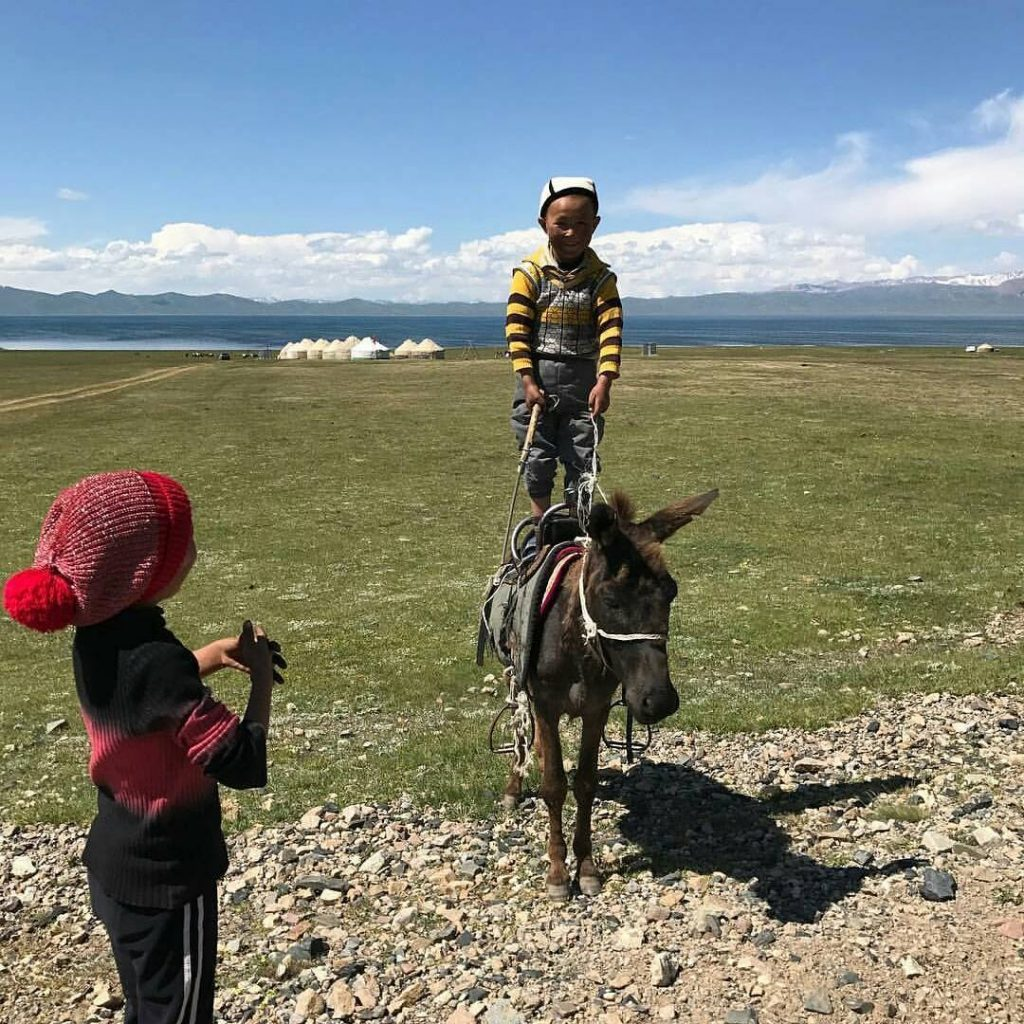 Tanrı Dağlarında Kırgız balaları (çocukları)